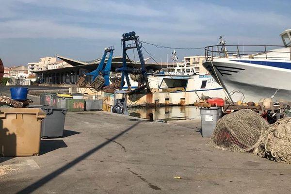 Des chalutiers cloués à quai dans le port de Sète, conséquence des chutes de vente de poissons depuis le confinement face au coronavirus.