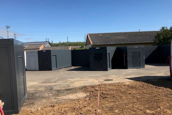 Dix-huit bungalows ont déjà été posés sur un parking goudronné sans ombre. Les riverains parlent d'un ghetto construit sous leurs yeux et devant leur porte
