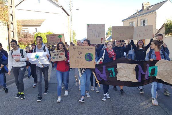 Près de 200 lycéens dans les rues d'Alençon aujourd'hui lors de la marche sur le climat.