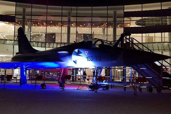 """Le Mirage 2000, exposé au milieu du centre commercial, est la principale attraction de l'exposition """"Des ailes et des hommes"""""""