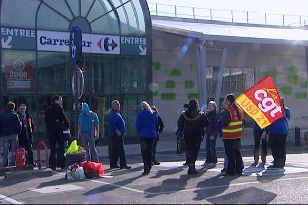 La manifestation des salariés devant le magasin Carrefour de Quetigny