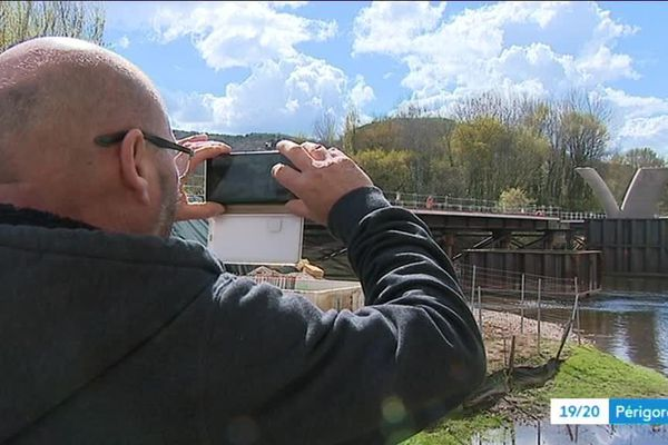 A Beynac les professionnels étudient le terrain afin de préparer les consignes de sécurité pour la navigation autour du site du chantier
