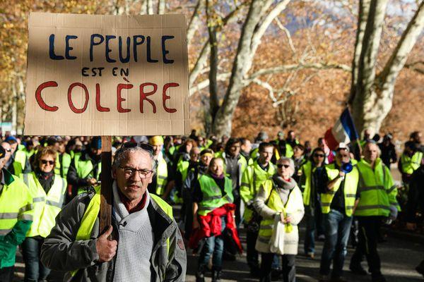 La manifestation des gilets jaunes organisée le week-end du 24 et 25 novembre à Annecy avait rassemblé environ 500 personnes sur le Pâquier