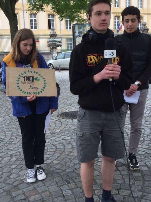 Charles Mazingand entouré de jeunes militants de Youth for climate Nancy
