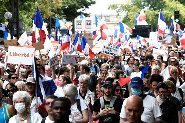 Sixième samedi de manifestation contre le pass sanitaire à Paris.