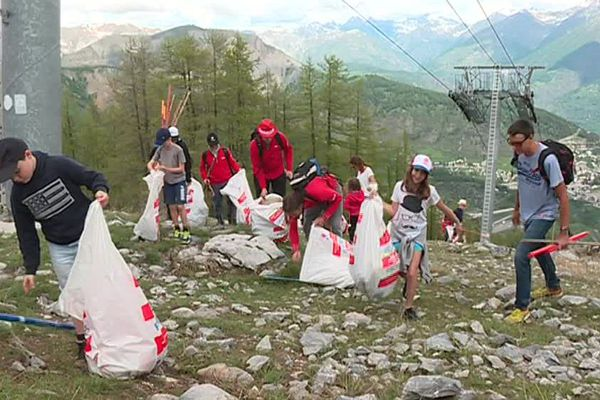 Nettoyer la montagne, le défi du jour !