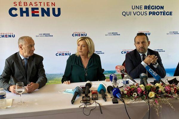 Marine Le Pen, avec Sébastien Chenu (à droite), et Philippe Emery, le président du groupe RN au Conseil régional des Hauts-de-France, le vendredi 9 avril, dans l'Avesnois.