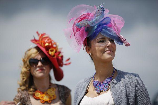 Élégants, certes, mais ces chapeaux protègent-ils du soleil ? Rien n'est moins sûr...