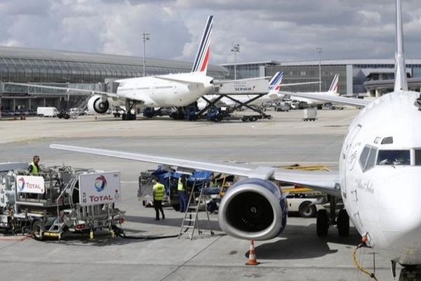 Des agents au sol préparent un avion de la compagnie Air France, le 18 août 2014, à l'aéroport de Roissy-Charles-de-Gaulle.