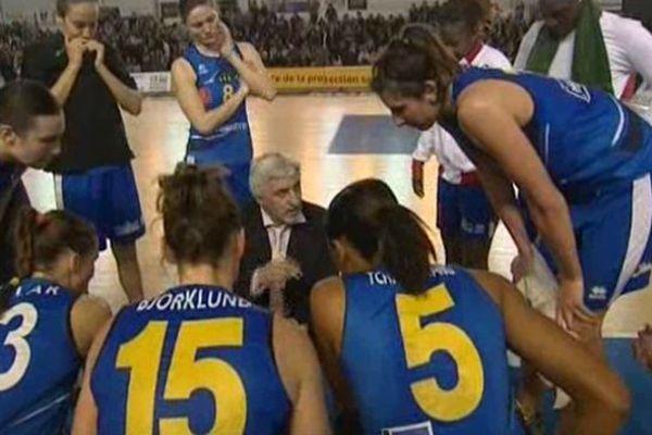 L'équipe de basket féminin de Perpignan avec leur entraîneur François Gomez