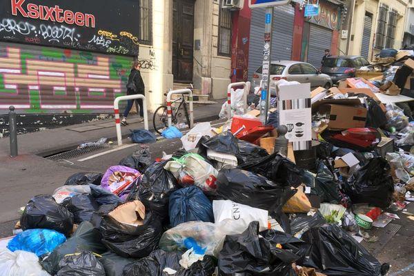12e jour de grève du ramassage des déchets à Marseille, ici la rue Estelle dans le 1er arrondissement.