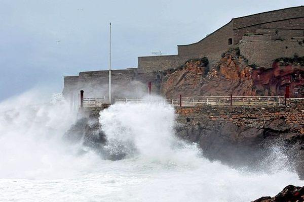 Sète (Hérault) - rafale de vent et la mer démontée - 29 février 2016.