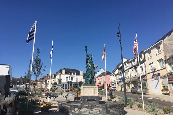 La nouvelle statue de la Liberté, place de la Victoire, à Gourin