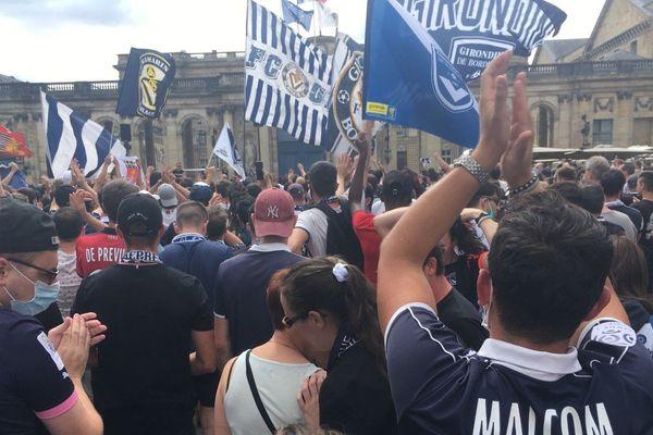 Près de 2000 personnes se sont rassemblées devant la mairie de Bordeaux pour contester la gestion du club de football.