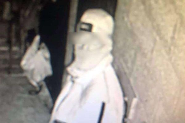 L'un des voleurs filmé par l'une des 12 caméras de vidéosurveillance du centre hippique
