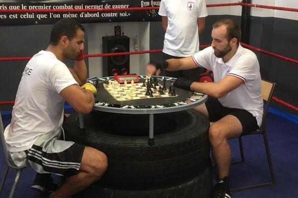 Le chessboxing mélange, comme son nom l'indique, la boxe et les échecs.