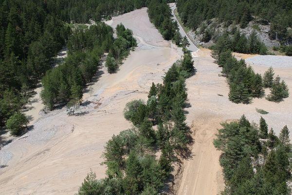 Névache (Hautes-Alpes), des maisons inondées et des routes coupées après plusieurs coulées de boue, le 2 juillet 2019.