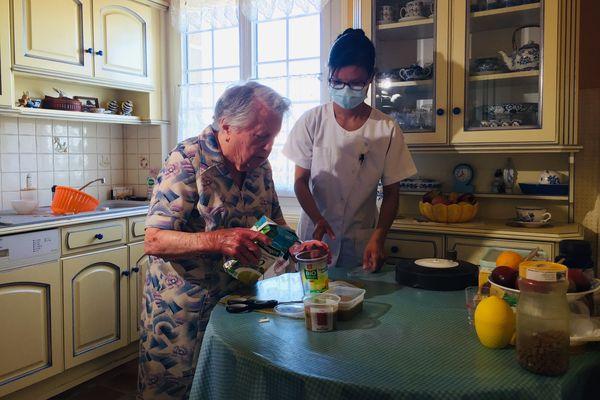 Gabrielle, âgée de 95 ans et Lucie, son aide à domicile qui vient trois fois par jour, pour la toilette et les repas.
