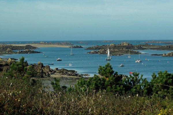 Le bleu remplacera progressivement le gris en ce samedi, à l'horizon des Iles Chausey.