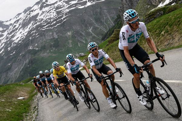 Les coureurs de l'équipe Sky et le Britannique Geraint Thomas, vêtu du maillot jaune du leader du classement général, près de Beaufort lors de la 7e et dernière étape du Critérium du Dauphiné 2018, entre Moutiers et Saint-Gervais Mont-Blanc.