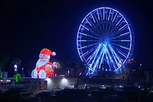 D'une hauteur de 33m, dominant le front de mer, la Grande roue est le phare des Fêtes de la Lumière.