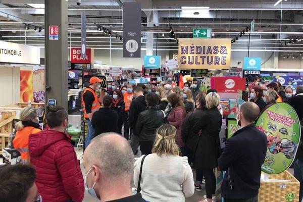Les grévistes ont également mené une action dans les rayons du magasin.