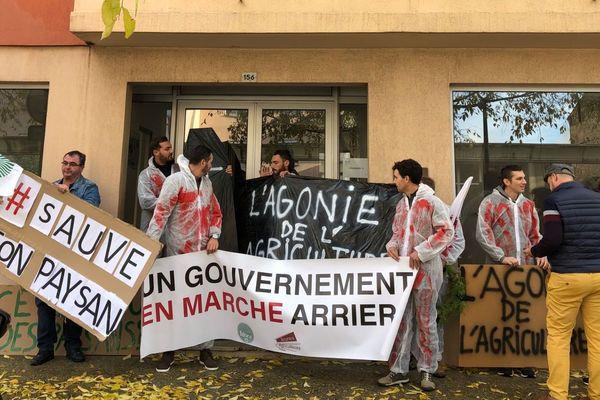 27/11/2019 - Action des agriculteurs devant la permanence du député LREM, Adrien Morenas, à Carpentras (Vaucluse)