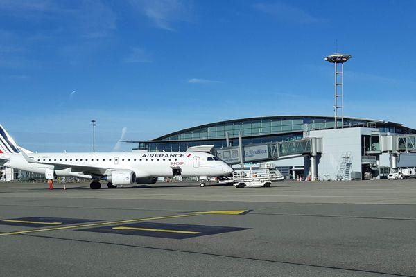 Un avion de type Embraer 190, sur la tarmac de l'aéroport de Pau Uzein (Pyrénées-Atlantiques), de la compagnie Hop Air France. Janvier 2020.
