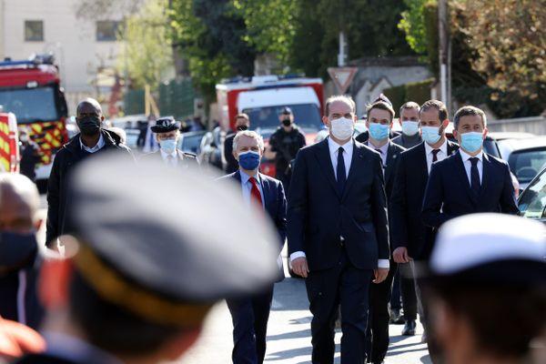 Le Premier Ministre Jean Castex et le ministre de l'Intérieur Gérald Darmanin au commissariat de Rambouillet après l'attentat, vendredi 23 avril 2021.