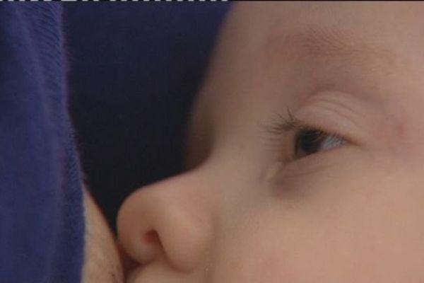 Un bébé franc-comtois au sein de sa maman à Besançon