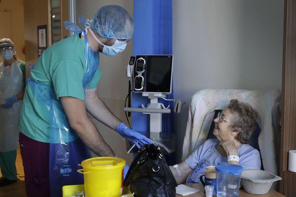 Un.e infirmier.e en France gagne 1500 euros au début et 2200 euros au bout de 23 ans de carrière