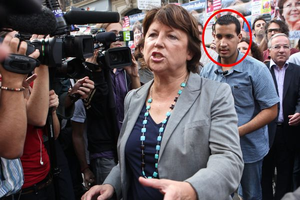 Alexandre Benalla (cercle rouge) accompagnant Martine Aubry, alors candidate aux primaires du PS, le 27 septembre 2011 dans une manifestation à Paris.