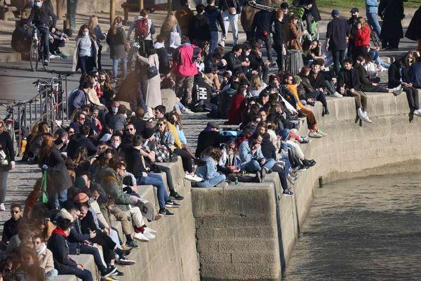 Foule sur une partie des quais de Seine dimanche dernier, à Paris. Photo AFP