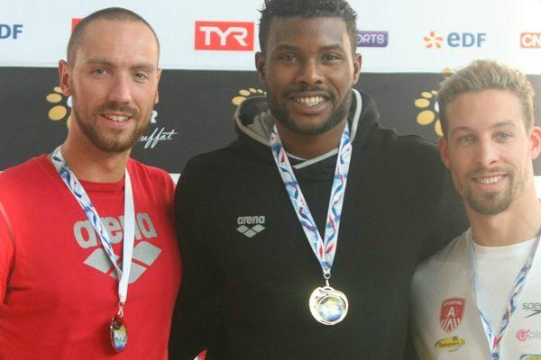 Mehdy Metella (centre) est arrivé en tête à 48.35, suivi de Jérémy Stravius (gauche) à 49.47 et de Pieter Timmers (droite) à 49.62.