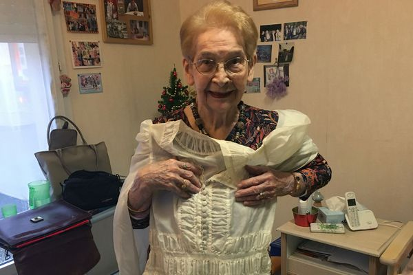 Madeleine Raveaux, une ardennaise de 100 ans, a gardé sa robe de mariée taillée dans le parachute d'un lieutenant anglais sauvé en 1944 dans son village