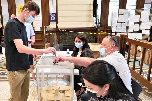 À peine plus d'un électeur sur 10 âgé de 18 à 24 ans s'est déplacé dans les bureaux de vote dimanche dernier pour le premier tour des élections régionales.