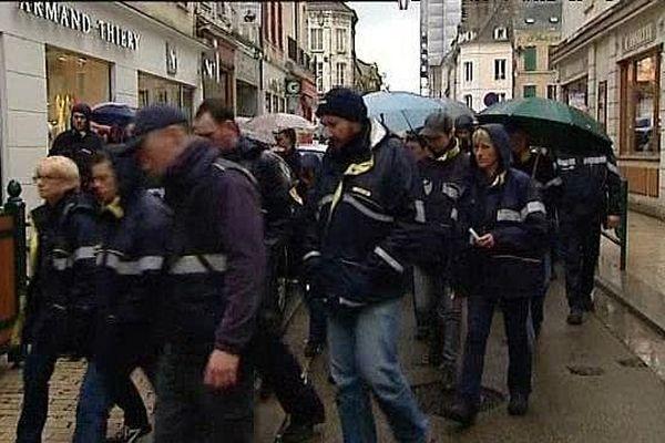Une marche blanche a été organisée à Sens, dans l'Yonne, lundi 23 mai 2016 en hommage à une postière qui s'est suicidée.