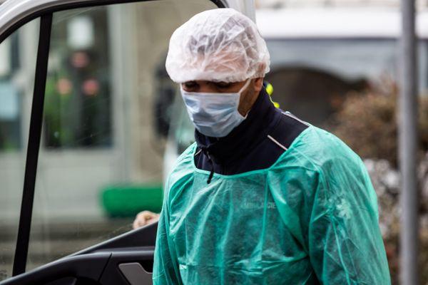 A Lyon, un ambulancier équipé du matériel de protection contre le coronavirus.