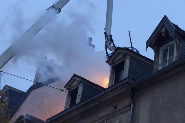 En début de matinée, le feu était maîtrisé mais pas encore totalement éteint.