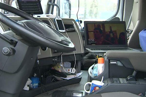 Sans aucun scrupule, certains chauffeurs de poids-lourds installent leur ordinateur portable sur leur siège passager pour regarder un film ou une émission de télévision