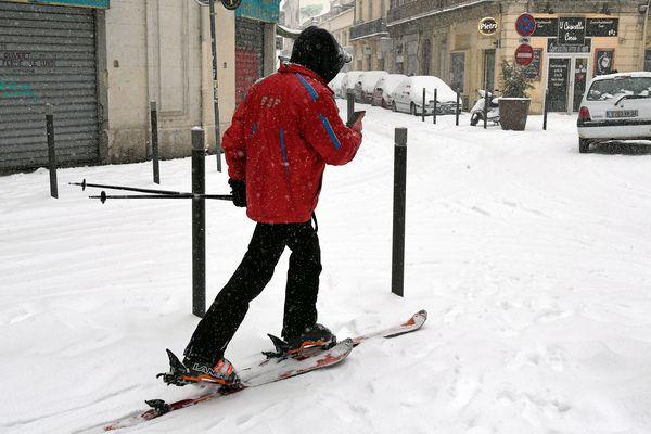 Montpellier - un skieur en centre-ville - 28 février 2018.