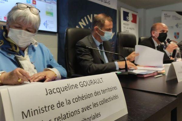 Jacqueline Gourault, ministre de la Cohésion des territoires et des Relations avec les collectivités territoriales, aux côtés de Gilles Simeoni, président du conseil exécutif de Corse, lundi 26 avril.