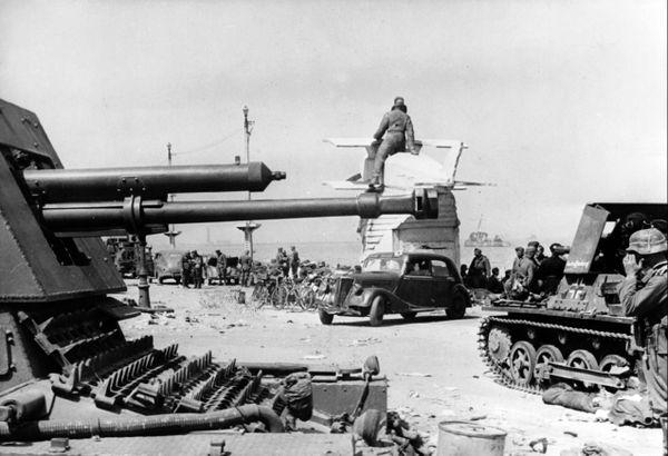 Les troupes allemandes sur la digue de Malo-les-Bains, à Dunkerque, en juin 1940. On aperçoit le monument dédié à l'aviateur Georges Guynemer que les occupants feront démonter en 1941.