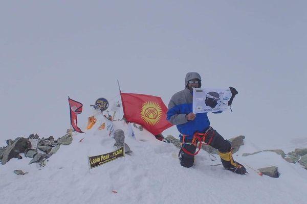 Le drapeau corse flotte à 7134 mètres d'altitude en haut du Pic Lénine.