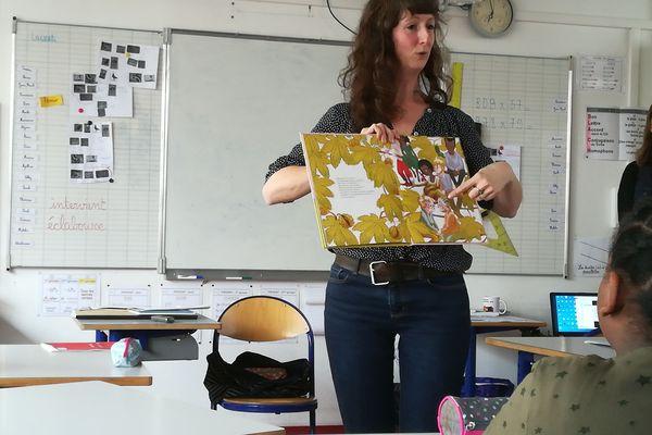 L'illustratrice jeunesse, Emilie Angebault, avec des élèves de CE2 et CM1 de l'école primaire Buffon à Nancy.