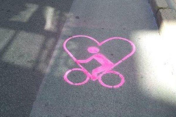 Un pictogramme de l'association Place au Vélo sur la rue de Strasbourg à Nantes
