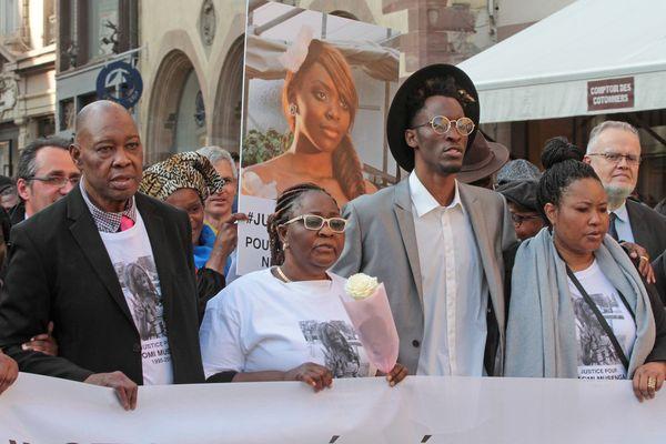 Les parents de Naomi Musenga, en tête de la marche blanche silencieuse