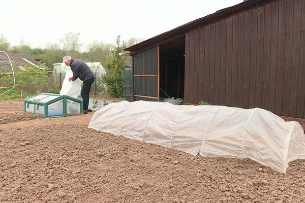 Face à la chute brutale des températures, les jardiniers vont devoir couvrir les semis pour les tenir au chaud.