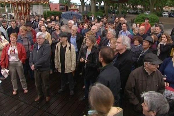 Une centaine de personnes se sont réunies à Mâcon pour protester contre la tentative d'incendie de la mosquée.