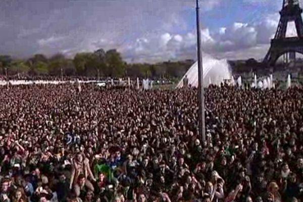 20 000 personnes sont venues danser la chorégraphie du sud Coréen Psy au Trocadéro.